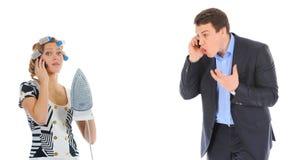 O par está discutindo ao falar sobre o telefone Foto de Stock Royalty Free