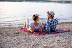 O par está encontrando-se na praia imagem de stock
