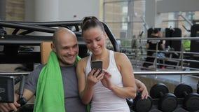 O par faz cargos com selfies na rede social ao estar no gym video estoque