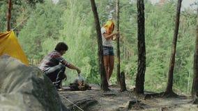 O par feliz tem uma boa estadia na viagem de acampamento vídeos de arquivo