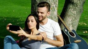 O par feliz toma a foto do selfie filme
