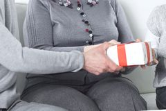 O par idoso dá um presente a seu neto em seu aniversário imagens de stock