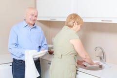 O par lava pratos na cozinha fotografia de stock