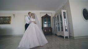 O par lindo do casamento encontra-se e carícias na sala luxuoso video estoque