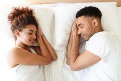O par loving africano novo do sono encontra-se na cama Imagem de Stock Royalty Free