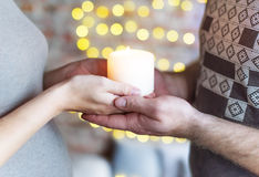 O par loving mantém a vela ardente disponivel A mulher está grávida Imagens de Stock