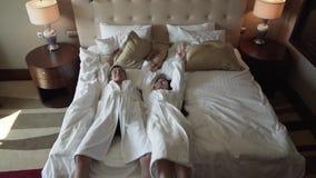 O par loving nos revestimentos brancos salta felizmente no vídeo da metragem do estoque do movimento lento da cama vídeos de arquivo