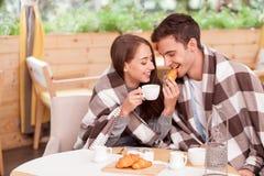 O par loving novo alegre está apreciando o chá dentro Imagem de Stock Royalty Free