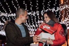 O par novo abre junto a caixa com um presente fotos de stock royalty free