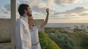 O par novo aprecia a vista do oceano vídeos de arquivo
