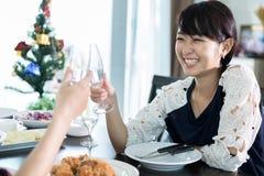 O par novo asiático que aprecia uma noite romântica do jantar bebe o wh imagem de stock