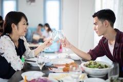 O par novo asiático que aprecia uma noite romântica do jantar bebe o wh foto de stock royalty free
