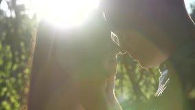 O par novo bonito no beijo do amor no sol irradia filme