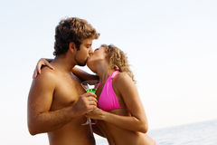 O par novo com cocktail está beijando fotografia de stock