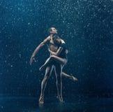 O par novo de dançarinos de bailado que dançam o rwater do unde deixa cair Fotografia de Stock Royalty Free