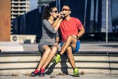 O par novo e atrativo está sentando-se no banco fotografia de stock