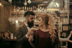 O par novo encontra-se em um café em uma data e em uma conversa sobre uma xícara de café fotografia de stock