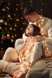 O par novo está na decoração do Natal e nas luzes, árvore de abeto no fundo de madeira escuro, conceito do feriado do ano novo imagens de stock royalty free