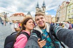 O par novo feliz no amor toma o retrato do selfie em Praga, República Checa Os turistas bonitos fazem fotos engraçadas para o cur fotos de stock royalty free