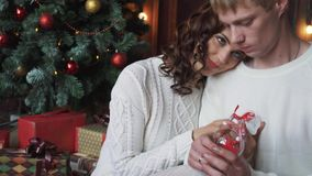O par novo, homem e mulher, sorrindo, decoração feliz, vestindo do Natal, guardando anos novos brinca vídeos de arquivo