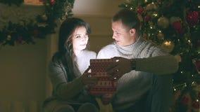 O par novo no amor na decoração do ano novo com presentes e árvore de Natal, lá é ruído no vídeo filme
