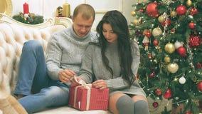 O par novo no amor na decoração do ano novo com presentes e árvore de Natal, lá é ruído no vídeo video estoque