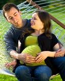 O par novo senta-se em um hammock que pensa sobre o thei Fotos de Stock Royalty Free