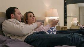 O par novo tiver um argumento caloroso devido a ciumento quando ainda na cama video estoque