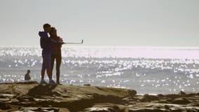O par novo tomando um auto está sendo disparado em uma praia vídeos de arquivo