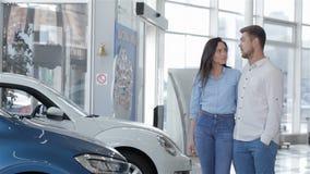 O par novo vem ao concessionário automóvel filme