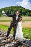 O par nupcial tem o divertimento fotografia de stock royalty free