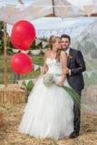O par nupcial weds recentemente no casamento Fotografia de Stock Royalty Free