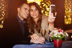 O par passa o dia de Valentim no restaurante e fotografado na memória fotos de stock