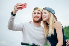 O par que toma a ruptura da equitação bikes para tomar o tiro dos selfies fotos de stock royalty free