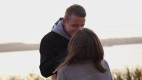 O par romântico exulta do amor durante a caminhada em nivelar a rua filme