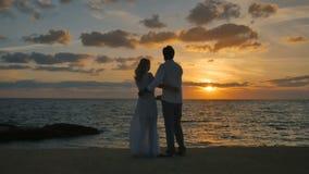O par romance aprecia um seascape e um por do sol bonitos video estoque