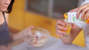 O par tem o café da manhã que come a salada, bagas e bebendo o suco video estoque