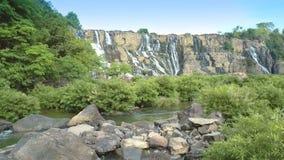 O par usa a pedra como o ponto de vista para apreciar a cachoeira filme