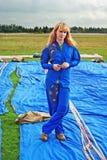 O parachutist da rapariga no airdrome Fotos de Stock Royalty Free