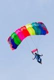 O Parachutist demonstra o salto do avião Fotos de Stock