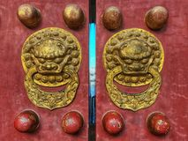 O parafuso de bronze na porta antiga do Templo do Céu fotografia de stock