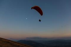 O paraglider e a lua Fotografia de Stock