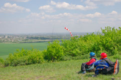 O Paraglider está esperando o vento direito para começar seu voo Olhando o vale bonito abaixo com nuvens e névoa Imagem de Stock