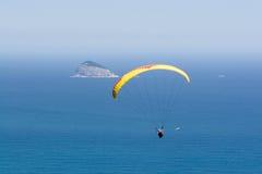 O Paraglider voa sobre o oceano Fotografia de Stock Royalty Free