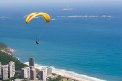 O Paraglider voa sobre Rio Imagem de Stock