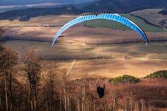 O parapente decola com paisagem no fundo Fotografia de Stock Royalty Free