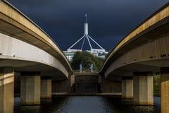 O parlamento abrigam e a ponte da avenida da comunidade foto de stock