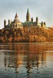 O parlamento através do rio Foto de Stock Royalty Free