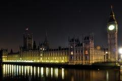 O parlamento BRITÂNICO na meia-noite foto de stock royalty free