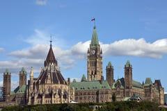 O parlamento canadense centra o bloco e a biblioteca Foto de Stock Royalty Free